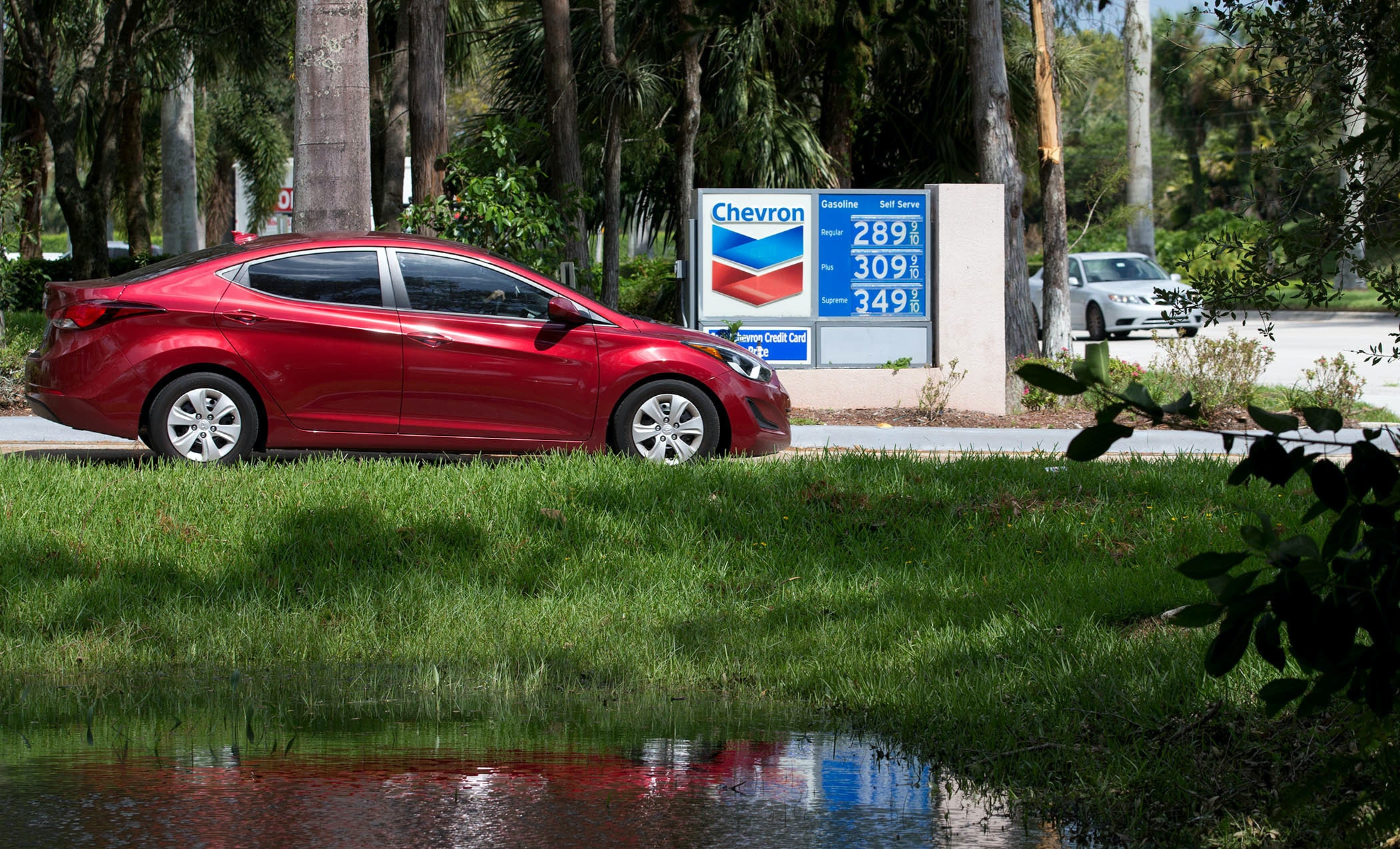 September 18, 2017 - West Palm Beach, Florida, U.S. - Gas prices are on the rise since Hurricane Irma. A Chevron station in Wellington is selling regular for $2.89 in Wellington, Florida on September 18, 2017. (Credit Image: © Allen Eyestone/The Palm Beach Post via ZUMA Wire)