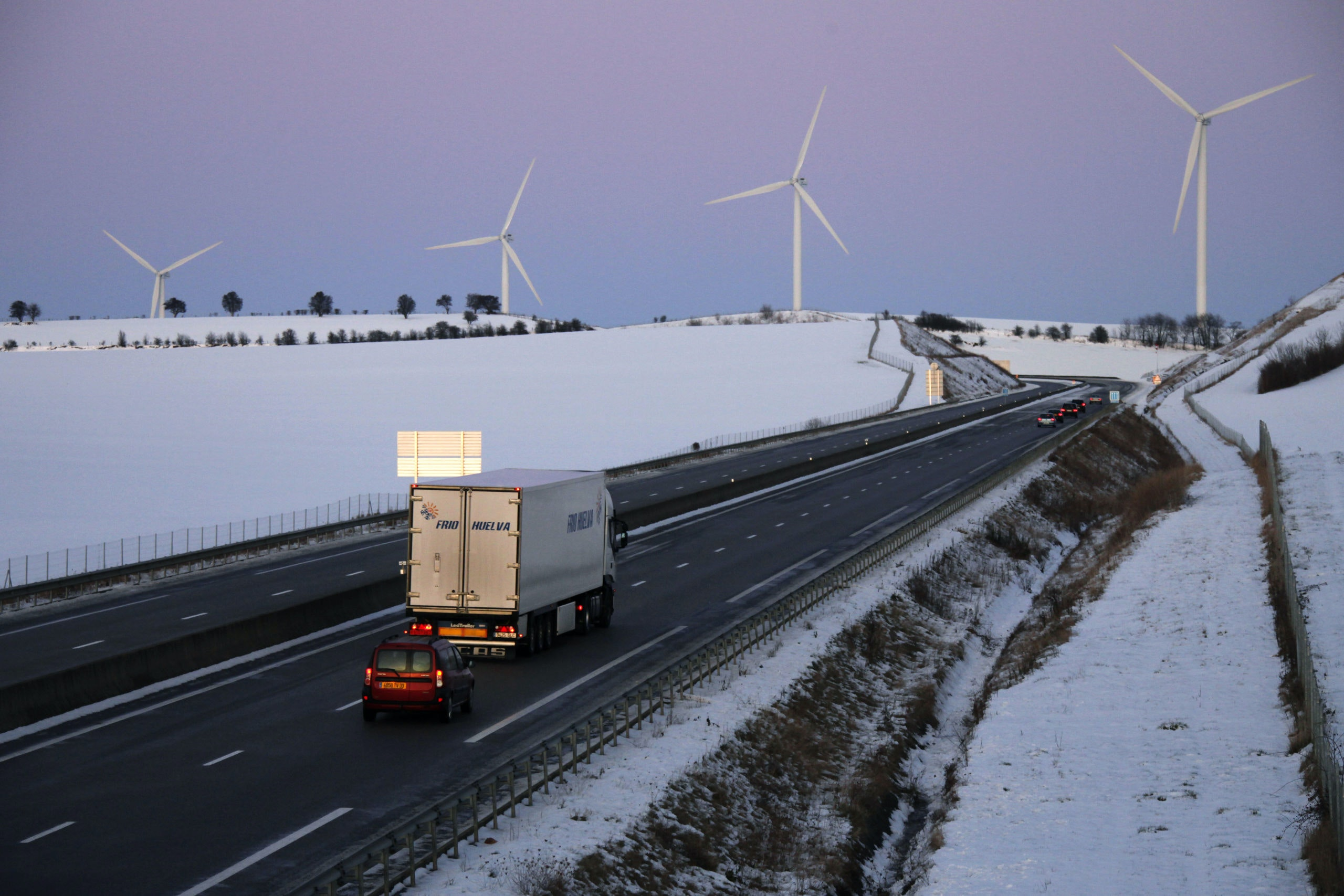 Vehicles run on A23 motorway near Aumale between Amiens and Rouen, after heavy snowfall in northern France, December 20, 2009. Heavy snowfall has disrupted traffic for three days in many parts of the country. REUTERS/Pascal Rossignol (FRANCE - Tags: ENVIRONMENT) - GM1E5CL0A0J01